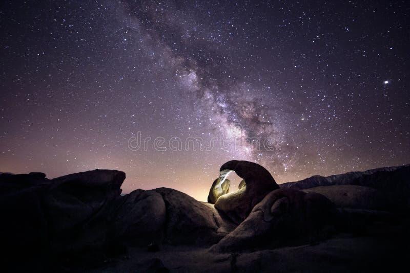 Vintergatangalax över öknen arkivfoto