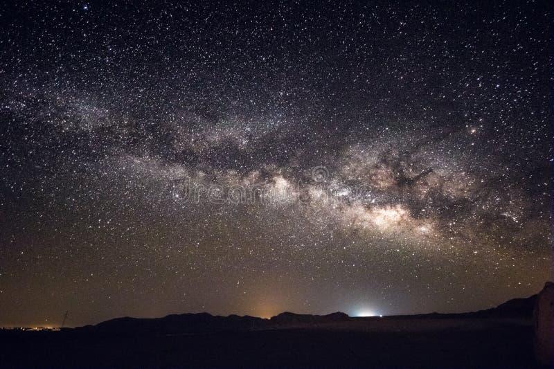 Vintergatangalax och stjärnor ovanför den Negev öknen Israel fotografering för bildbyråer