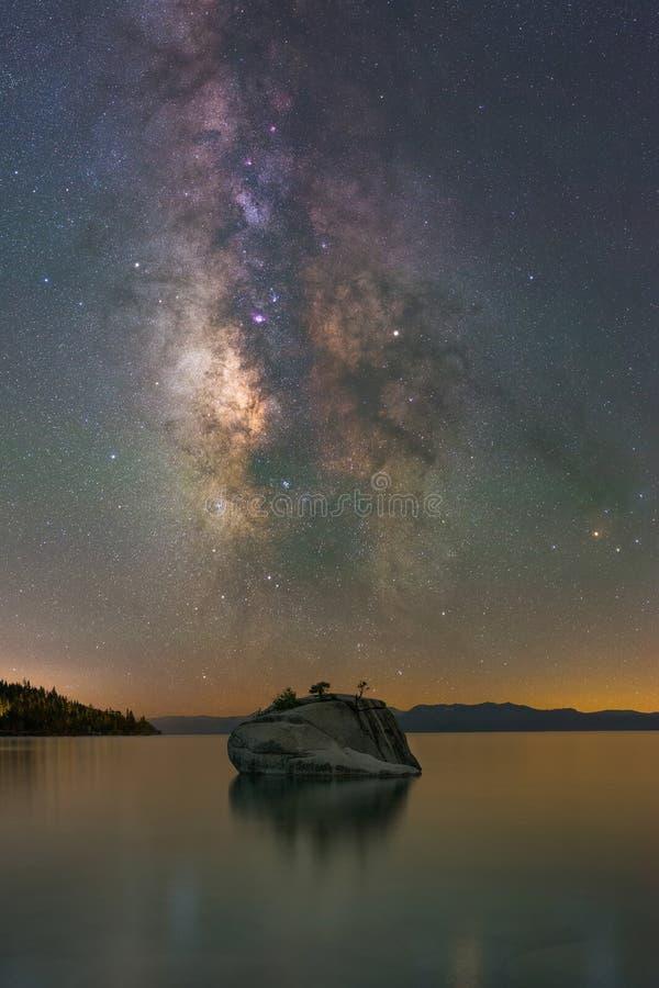 Vintergatangalaxen över bonsai vaggar, Lake Tahoe arkivfoto