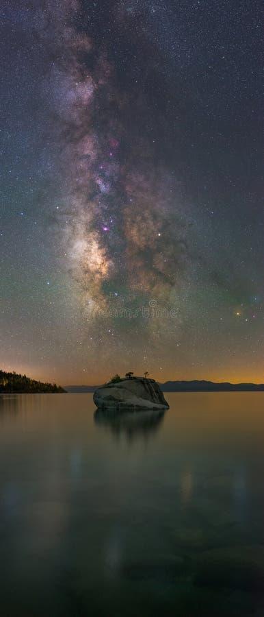 Vintergatangalaxpanorama över bonsai vaggar, Lake Tahoe arkivbilder