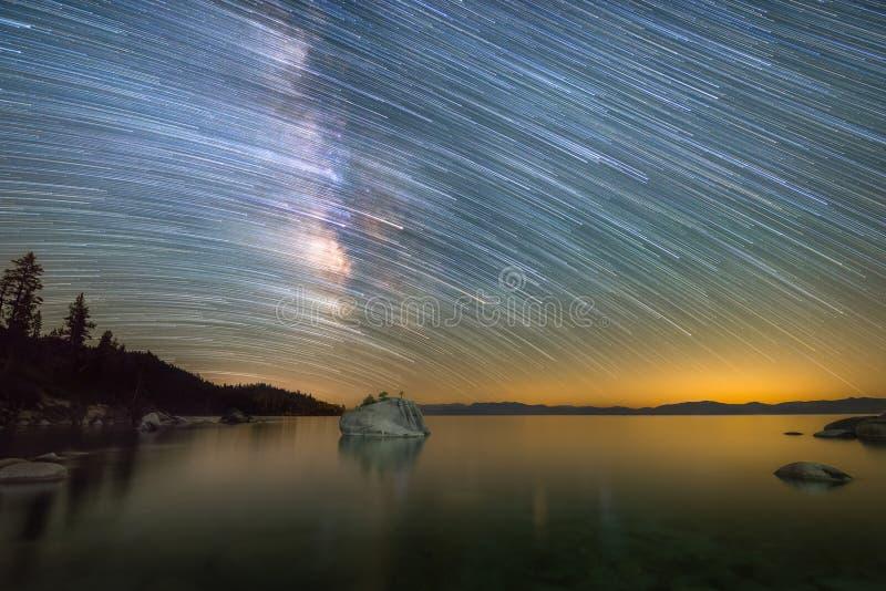 Vintergatanstjärnaslingor över Lake Tahoe i Kalifornien fotografering för bildbyråer