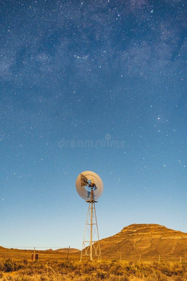 Vintergatanstjärnor med väderkvarnen royaltyfria bilder