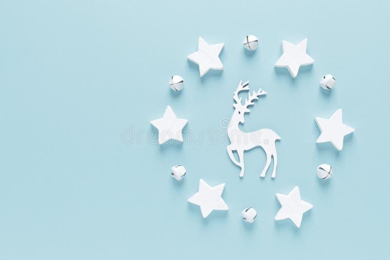 Vinterhälsningskort för jul, nyår eller Noel-helgdag med dekorationer, hjortar, stjärnor och xmas på blå bakgrund. royaltyfri bild