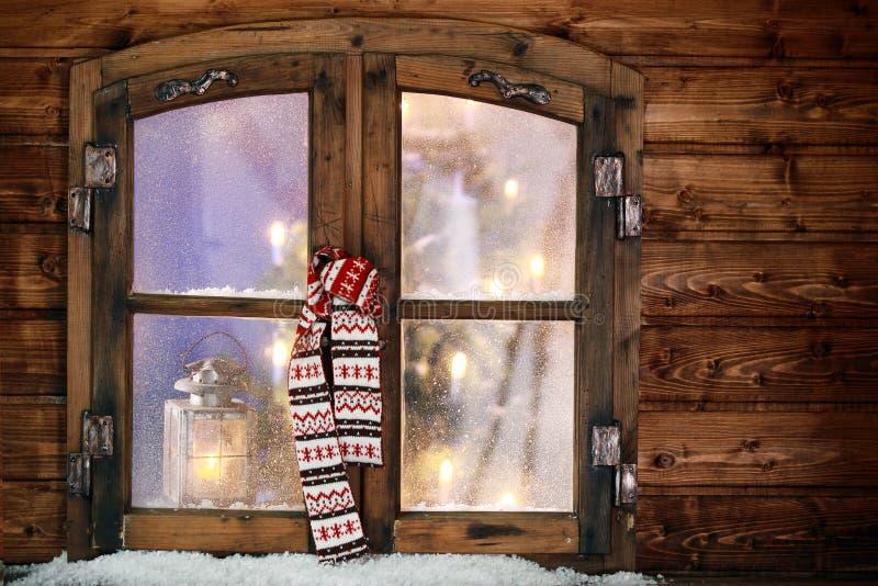 Vinterhalsduk som hänger i ett julfönster royaltyfria foton