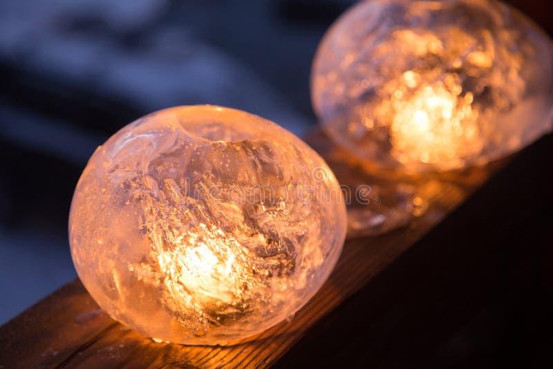 Vinterhantverk: Islyktor med flimrande brand av en stearinljus royaltyfri bild