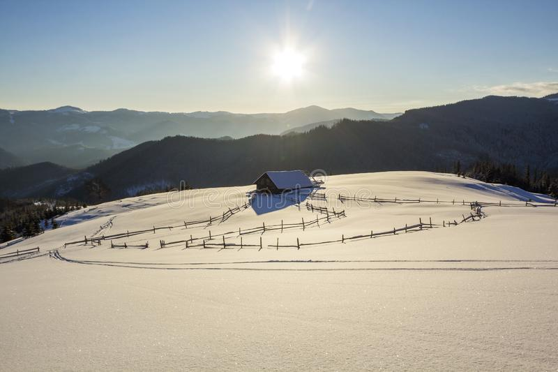 Vinterjullandskap av bergdalen på frostig solig da royaltyfri bild