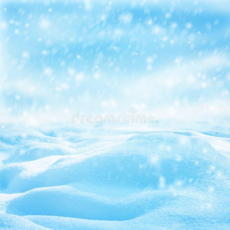 Vinterjullandskap med fallande snö, vinterbakgrund arkivbild