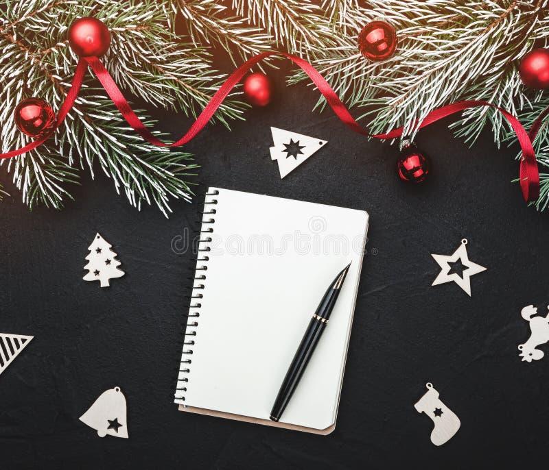 Vinterkort Black stenbakgrund Med gran smyckade filialer med bollar och det röda spelrummet Top beskådar arkivfoton