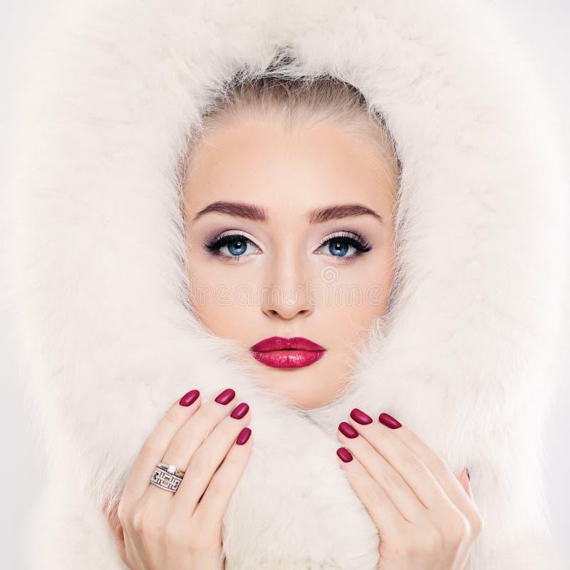 Vinterkvinna i vit päls royaltyfri fotografi