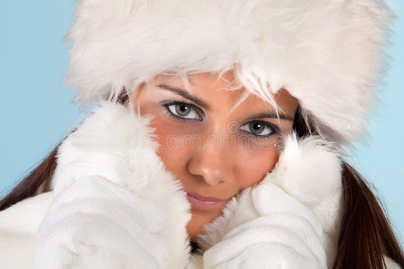 Vinterkvinna med handskar royaltyfria foton