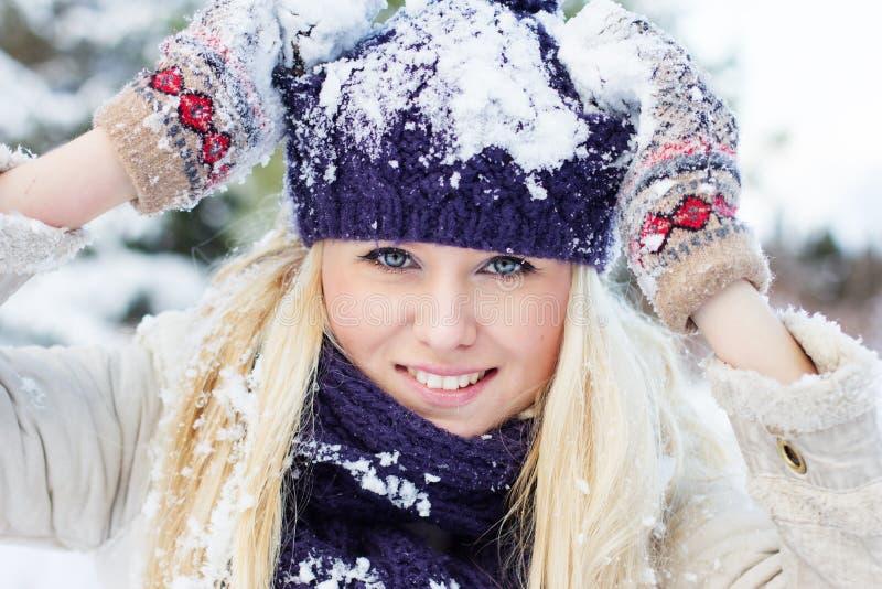 Vinterkvinna som spelar med snö royaltyfri fotografi