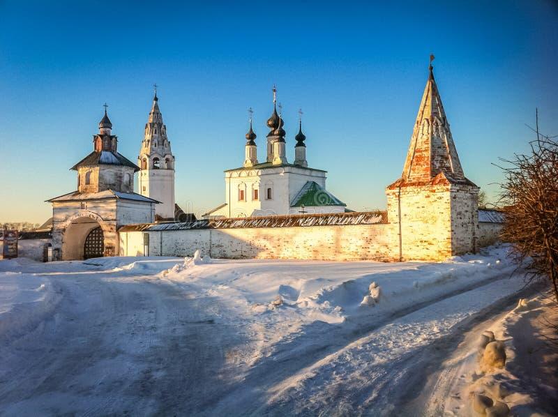 Vinterkyrka i Suzdal royaltyfri fotografi
