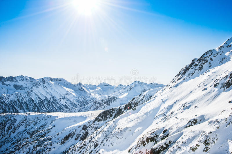 Vinterlandskap av snö-korkade berg Pirin royaltyfria foton