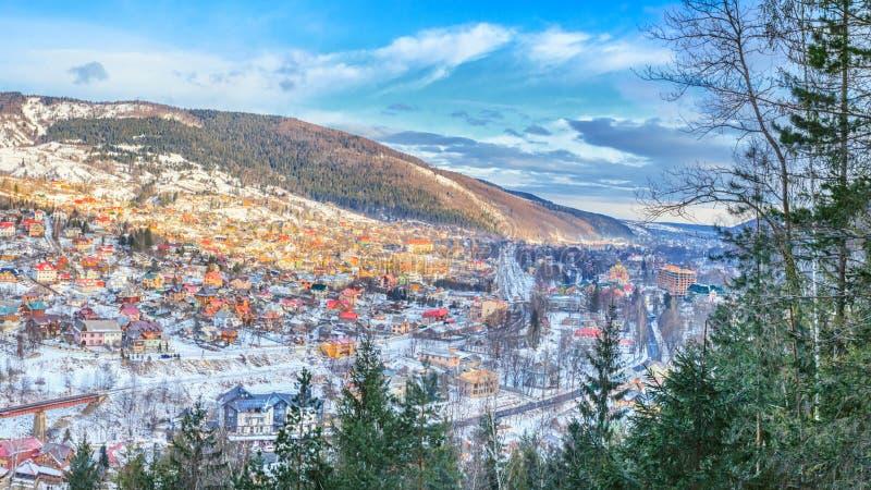 Vinterlandskap - bästa sikt av staden Yaremche i de Carpathians bergen arkivbilder