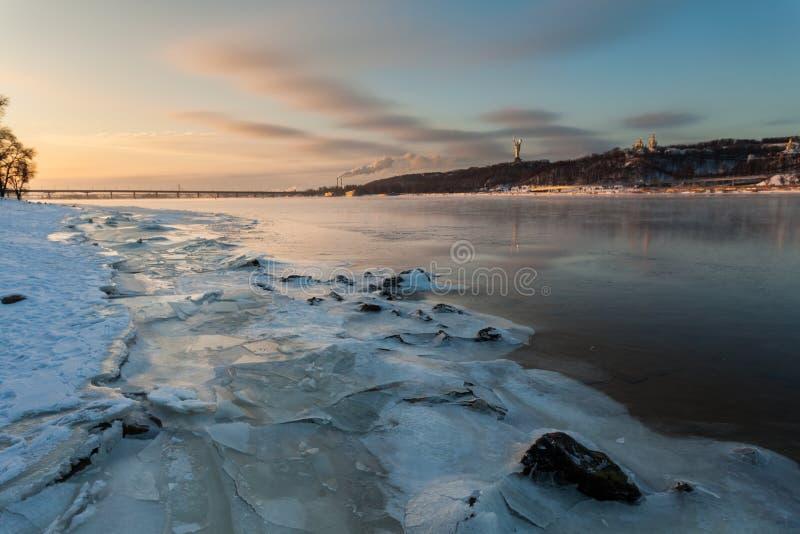 Vinterlandskap, gryning över floden arkivbilder