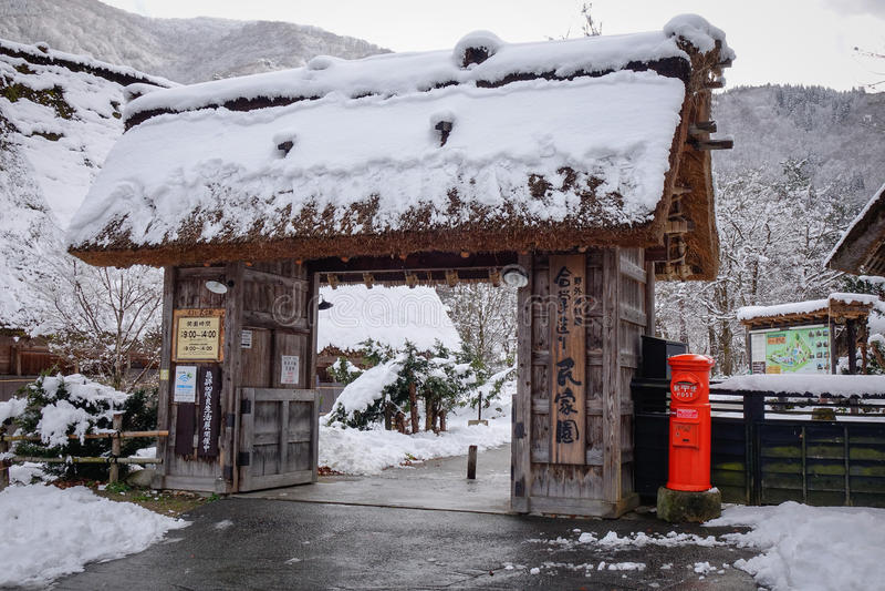 Vinterlandskap i den Shirakawago byn, Japan royaltyfri fotografi