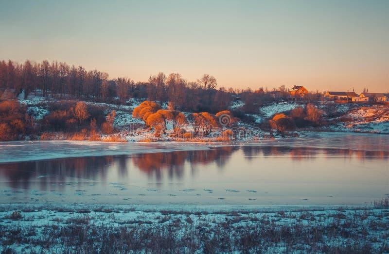 Vinterlandskap i snönatur arkivfoton