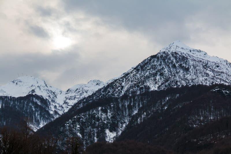 Vinterlandskap med berg arkivfoton