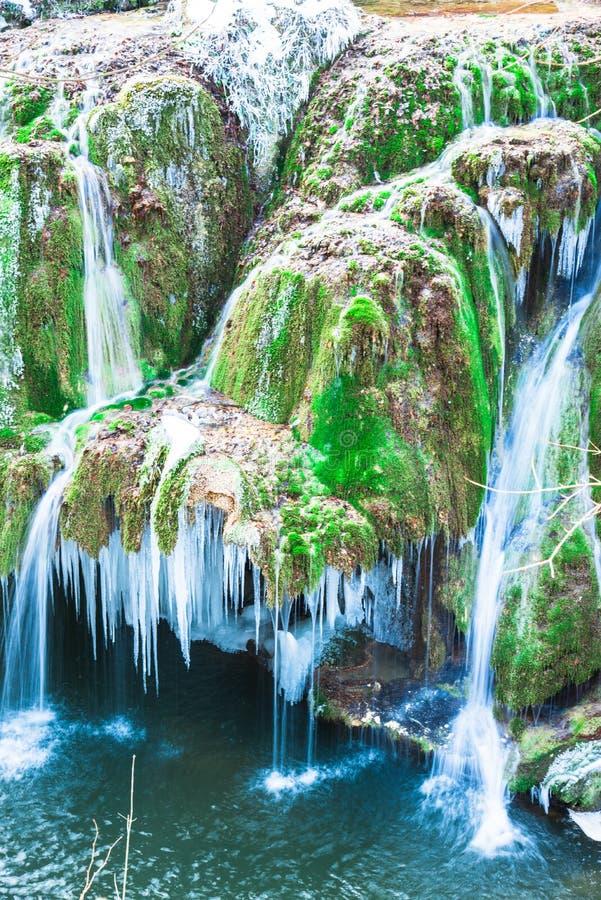Vinterlandskap med den Bigar vattenfallet i den kalla vintern Rumänien royaltyfri foto
