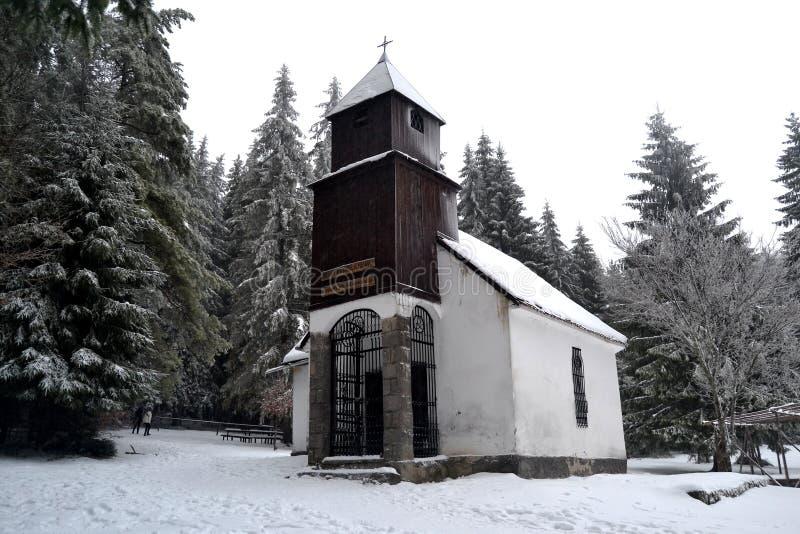 Vinterlandskap med kapellet arkivfoton
