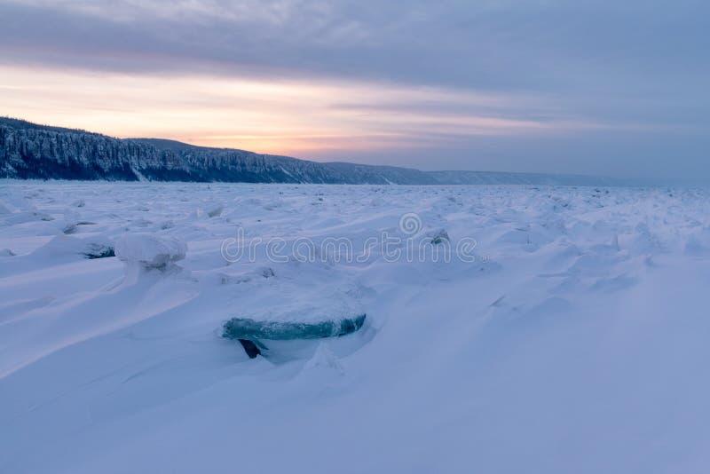 Vinterlandskap med ridged is på den djupfrysta floden arkivbild
