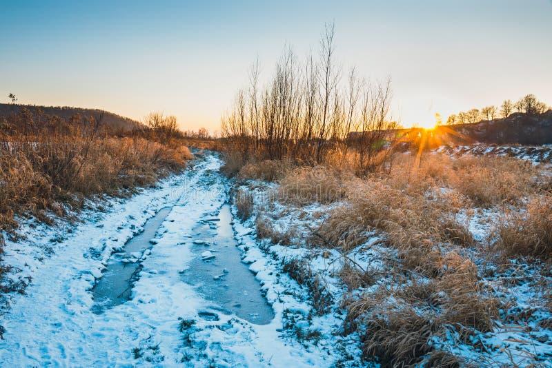 Vinterlandskap med snö på jordningen arkivfoto