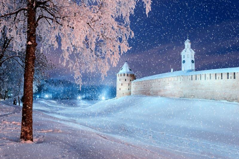 Vinterlandskap - Novgorod Kreml i vinternatt under snöfall i Veliky Novgorod, Ryssland royaltyfri bild