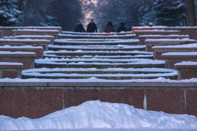 Vinterlandskapet i gränden av staden parkerar arkivfoto