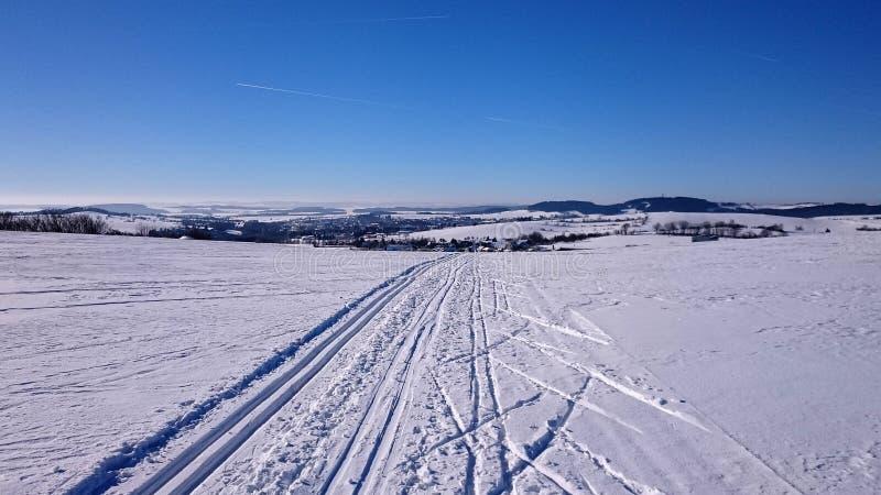 Vinterlandskapet, skidar spår, Tjeckien arkivbilder