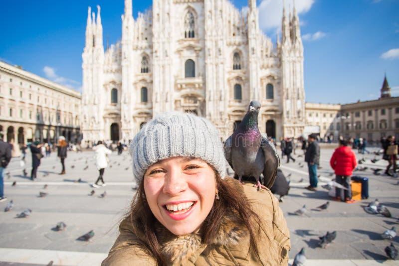 Vinterlopp, semestrar och f?gelbegrepp - ung lycklig kvinnaturist med roliga duvor som framme g?r selfiefotoet arkivfoto