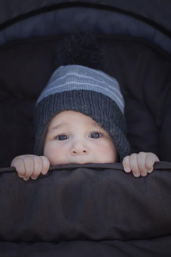 Vintern behandla som ett barn att hålla varmt royaltyfri foto