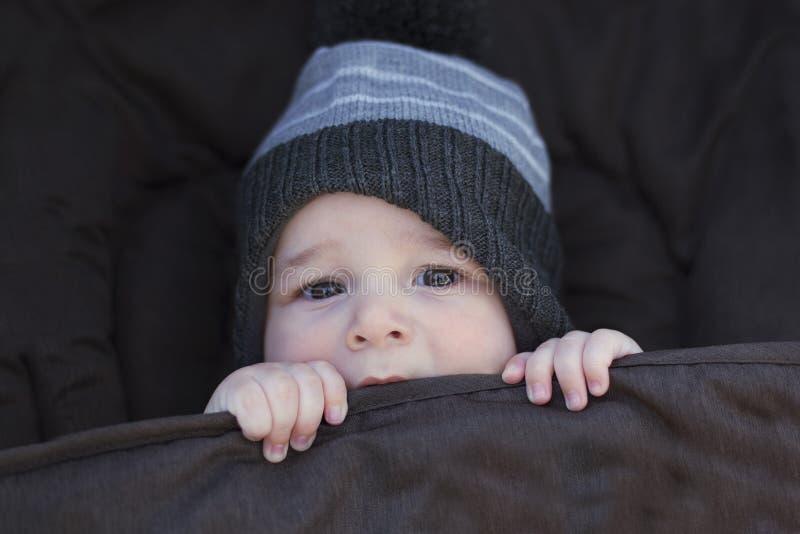 Vintern behandla som ett barn att hålla varmt arkivfoton