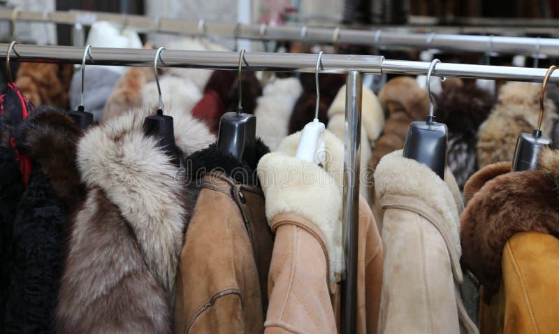 Vintern klår upp att hänga för pälslag som är till salu i loppmarknader royaltyfri fotografi
