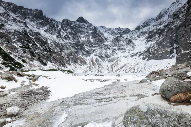 Vintern och snö på Black Pond eller Czarny Staw på Ryszard Peak i Polen royaltyfri bild