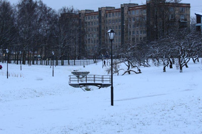 Vintern parkerar med en bro och lyktor royaltyfria bilder