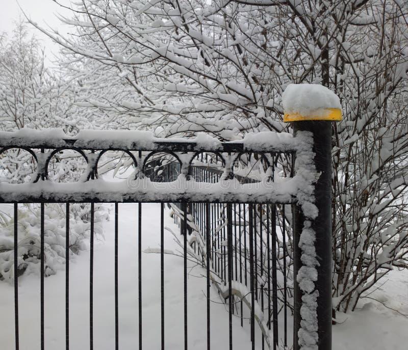 Vintern parkerar staketbakgrund arkivbild