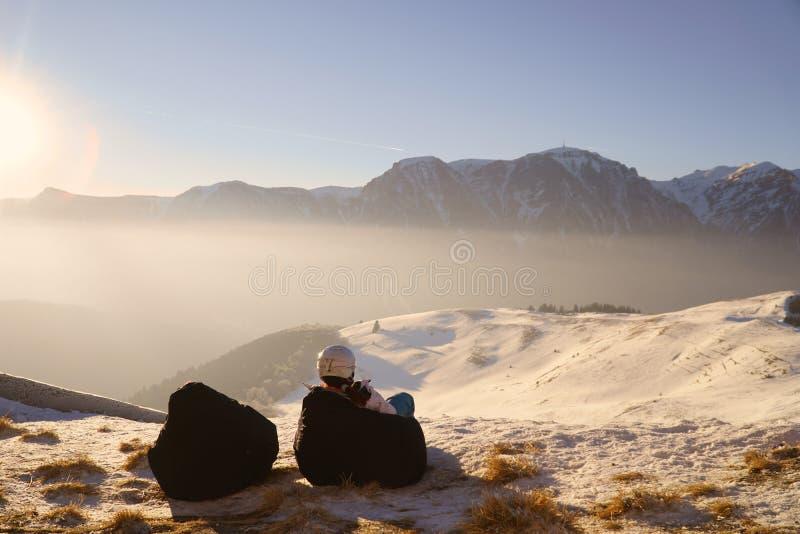 Vintern skidar - kvinnan som tycker om vinter skidar på, semestern royaltyfria bilder