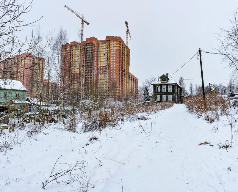 Vintern skissar Fluffig snö på hus, staket och andra byggnader arkivbilder