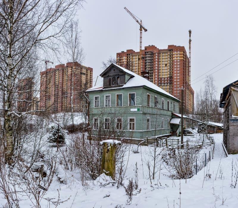 Vintern skissar Fluffig snö på hus, staket och andra byggnader arkivfoto