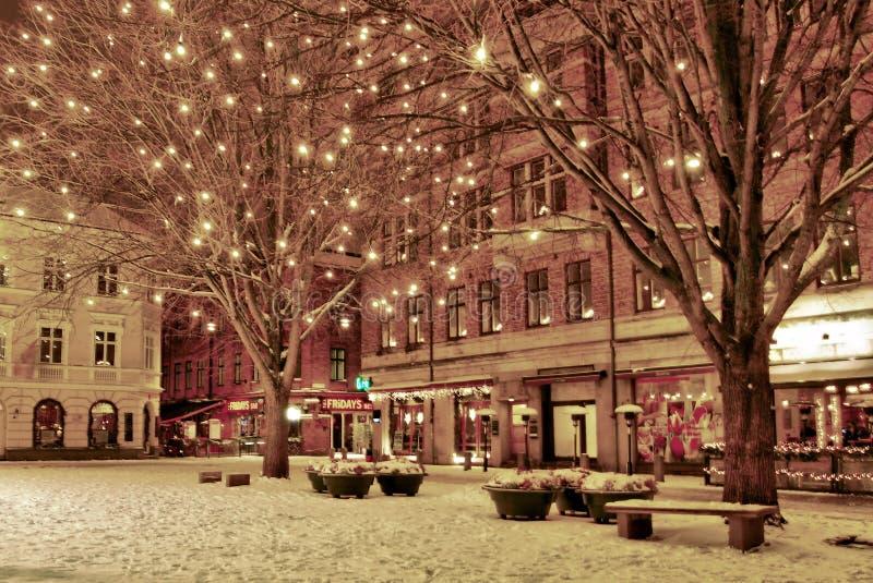 Vinternatt i den gamla staden royaltyfria bilder