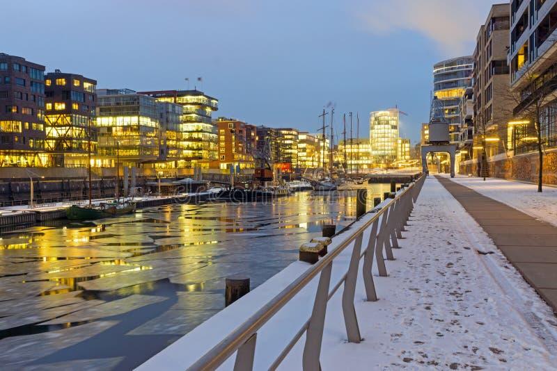 Download Vinternatt i Hafencityen fotografering för bildbyråer. Bild av marknad - 37348843