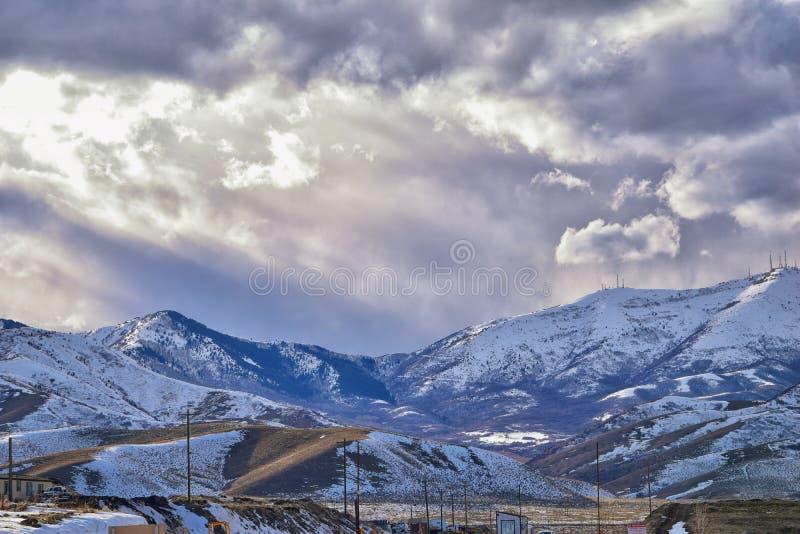 Vinterpanorama av korkad Oquirrh bergskedjasnö, som inkluderar den Bingham Canyon Mine eller Kennecott kopparminen, som det rykta royaltyfri fotografi