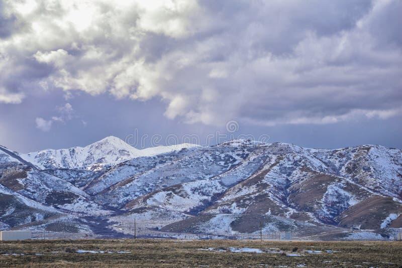 Vinterpanorama av korkad Oquirrh bergskedjasnö, som inkluderar den Bingham Canyon Mine eller Kennecott kopparminen, som det rykta arkivbild