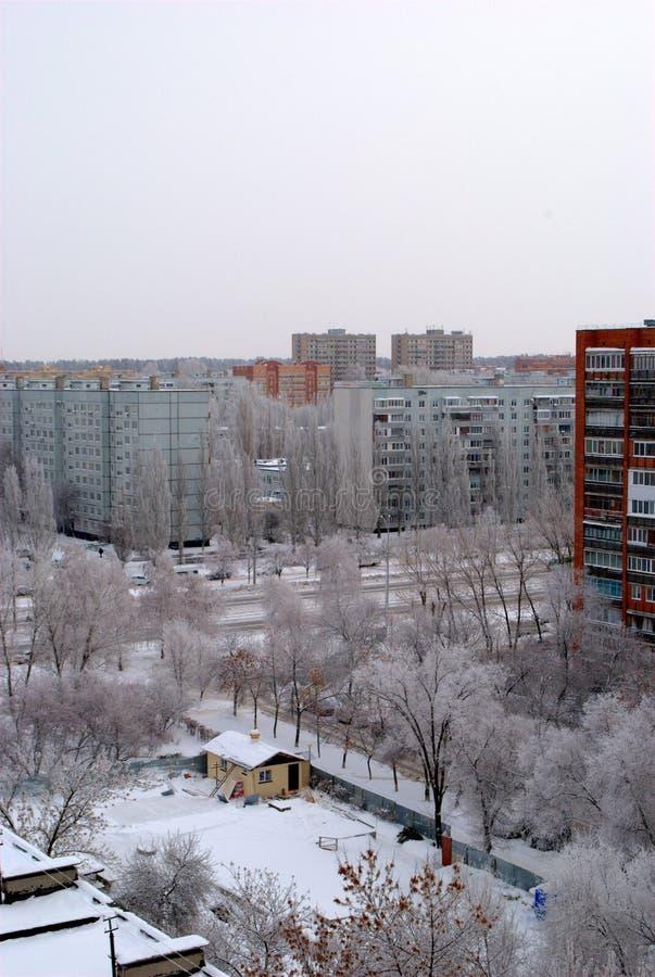 Vinterpanorama av staden som förbiser templet av serafen av Sarov under konstruktion arkivbild