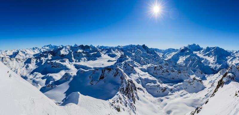 Vinterpanoramalandskapet från Mont Fort och berömda Matterhorn, buckla D 'Herens, bucklar de Bouquetins, Weisshorn; Tete Blanche  fotografering för bildbyråer