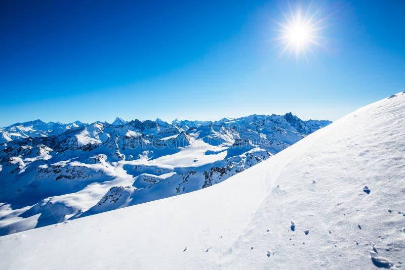 Vinterpanoramalandskapet från Mont Fort och berömda Matterhorn, buckla D 'Herens, bucklar de Bouquetins, Weisshorn; Tete Blanche  royaltyfria bilder