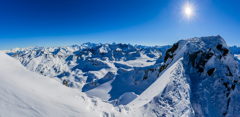 Vinterpanoramalandskapet från Mont Fort och berömda Matterhorn, buckla D 'Herens, bucklar de Bouquetins, Weisshorn; Tete Blanche  royaltyfri fotografi
