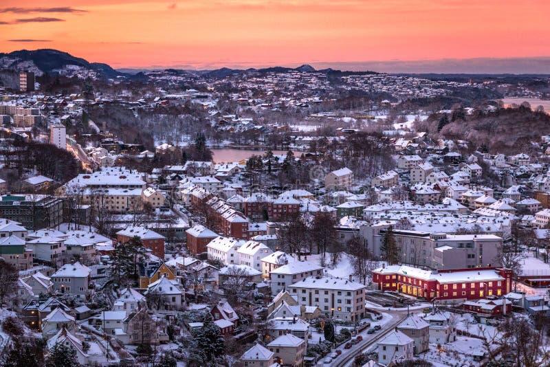 Vinterplats med flyg- sikt av Bergen City på gryning royaltyfria bilder