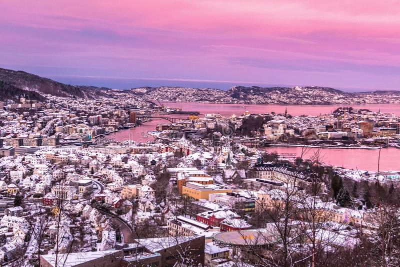 Vinterplats med flyg- sikt av Bergen City på rosa soluppgång arkivbilder