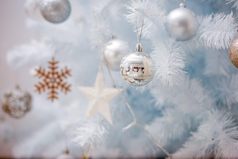 Vinterprydnader på ett vitt träd arkivfoton